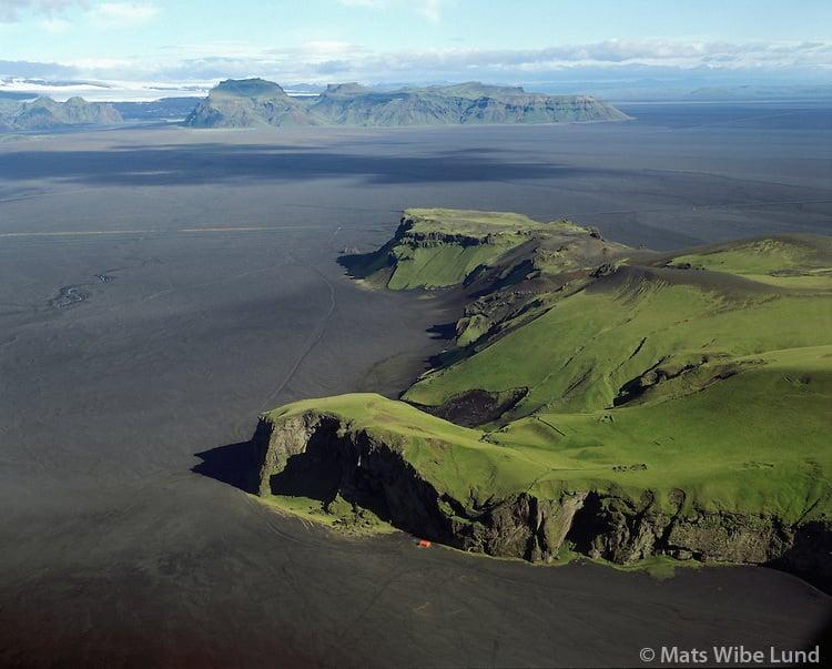 Hjörleifshöfði, séð til norðvesturs. Mýrdalsjökull. Mýrdalssandur. Mýrdalshreppur áður Hvammshreppur. Loftmynd. / Hjorleifshofdi - small mountain on the sand plains Myrdalssandur comming from volcanice eruptions under Myrdalsjokull - glacier in background. Aerial.